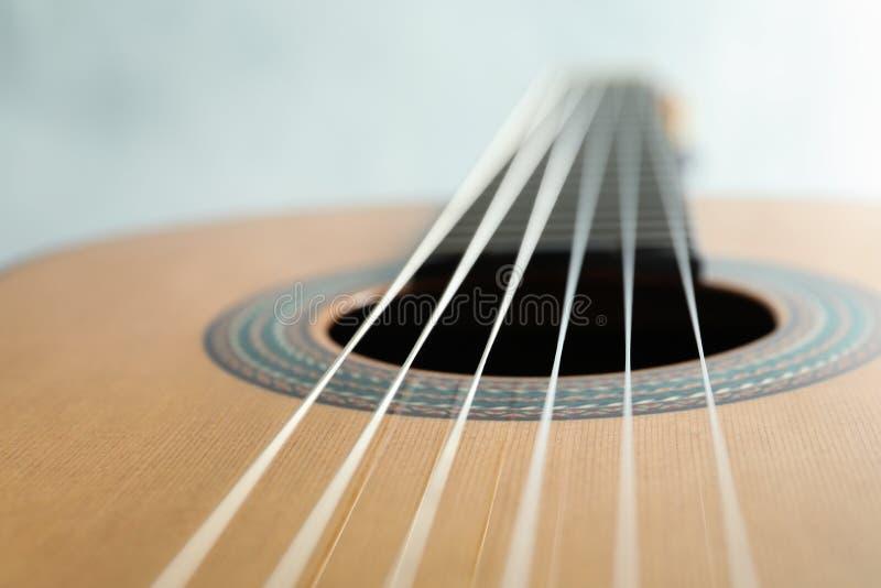 Beau six - guitare classique de ficelle sur le fond blanc photo stock
