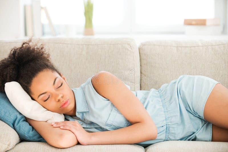 Beau sommeil de femme photos stock