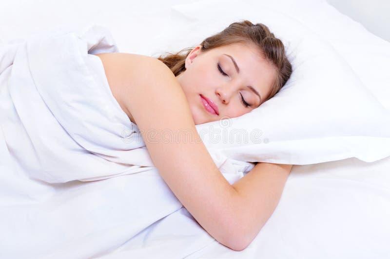 Beau sommeil de jeune femme photos libres de droits