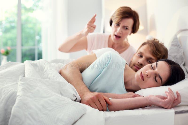 Beau sommeil paisible de femme photo stock