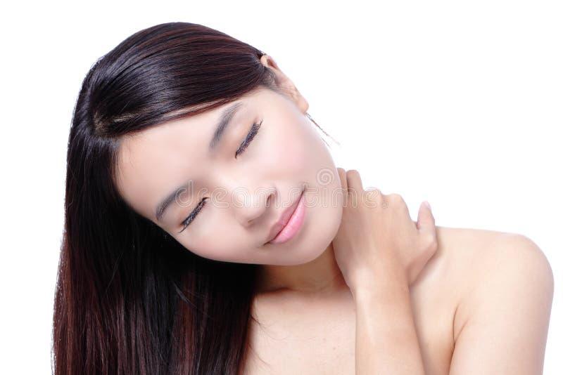 Beau sourire asiatique de femme touchant ses épaules image libre de droits