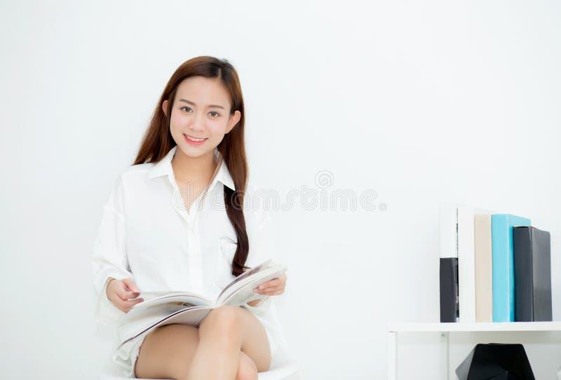Beau sourire asiatique de jeune femme avec la lecture heureuse un livre images libres de droits