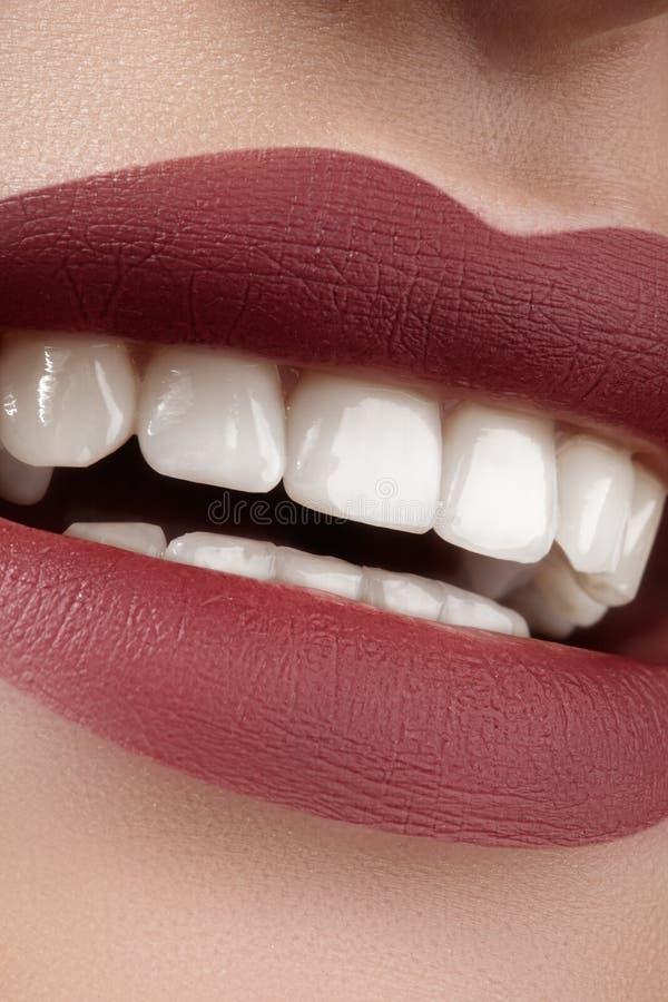 Beau sourire avec blanchir des dents Maquillage parfait de lèvres de mode photo stock