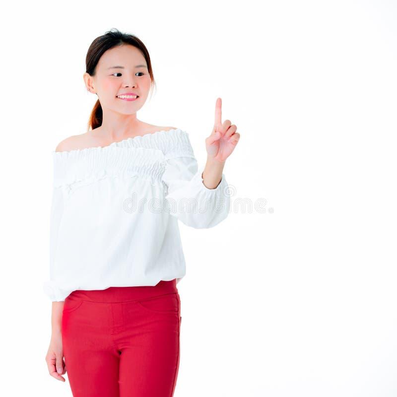 Beau sourire de femme asiatique dans des doigts debout POI de tenue décontractée photos libres de droits