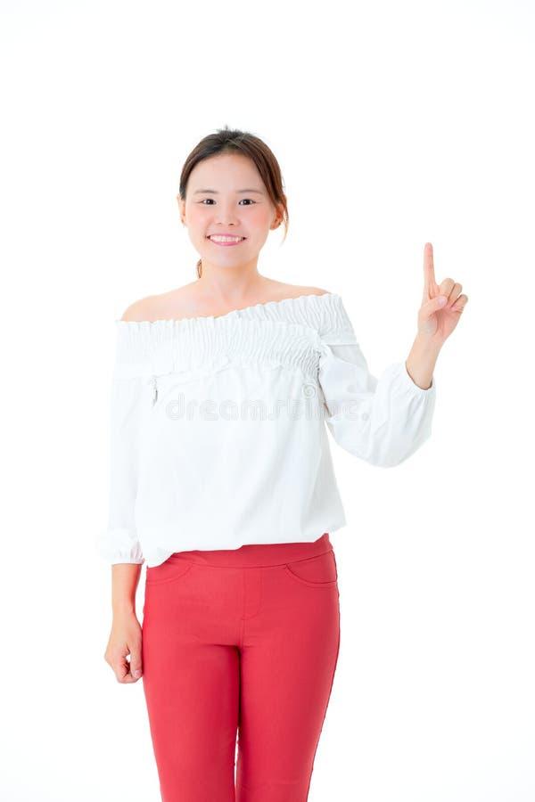 Beau sourire de femme asiatique dans des doigts debout POI de tenue décontractée images libres de droits
