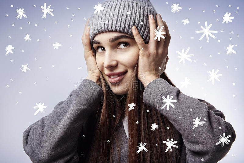 Beau sourire de jeune femme Flocons de neige de l'hiver Émotions heureuses de visage images stock