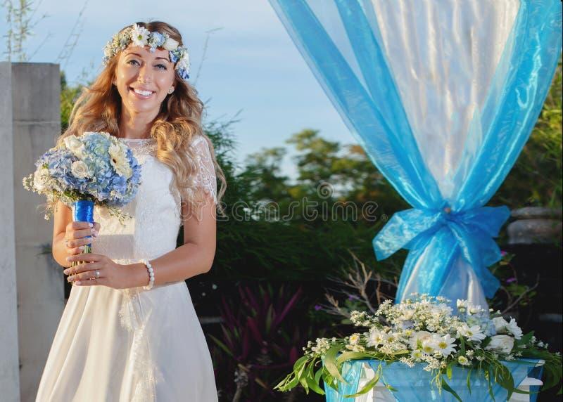 Beau sourire de jeune mariée et regard sentant ainsi le bonheur dans le jour du mariage photographie stock libre de droits