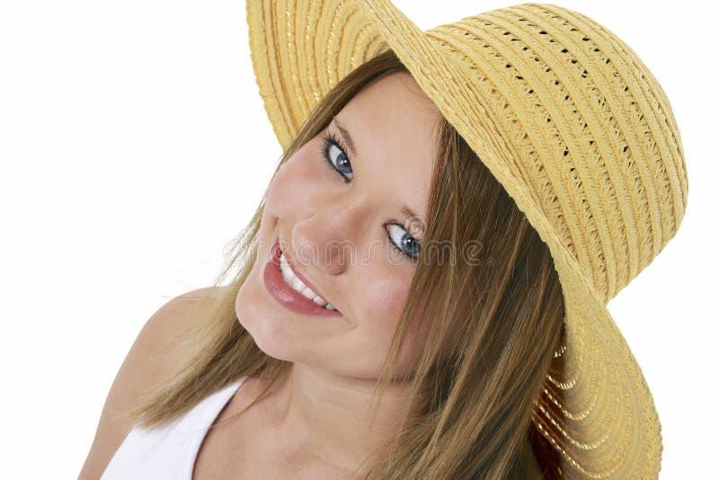 Beau sourire de l'adolescence dans le chapeau jaune au-dessus du blanc photographie stock libre de droits