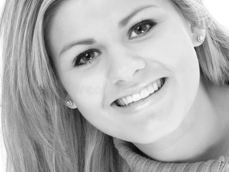 Beau sourire de l'adolescence en noir et blanc photos stock