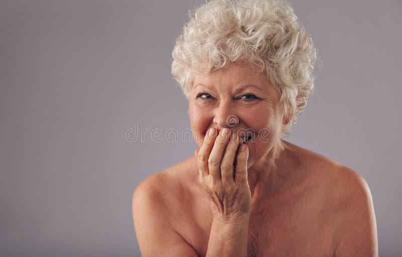 Beau sourire femelle supérieur photographie stock