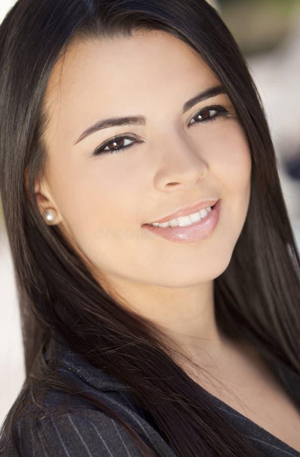 Beau sourire hispanique de femme photographie stock