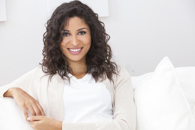 Beau sourire hispanique heureux de femme photo stock