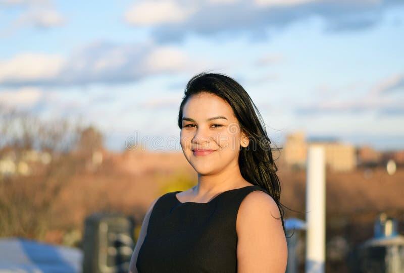Beau sourire hispanique sûr de femme d'affaires photos libres de droits