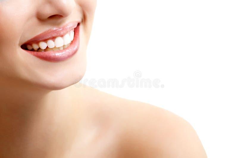 Beau sourire large de jeune femme fraîche avec le grand whi sain photographie stock