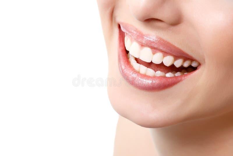 Beau sourire large de jeune femme fraîche avec le grand whi sain image libre de droits
