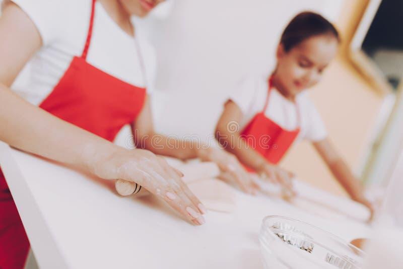 Beau sourire quand cuisinière de fille Pâte de préparation photos stock