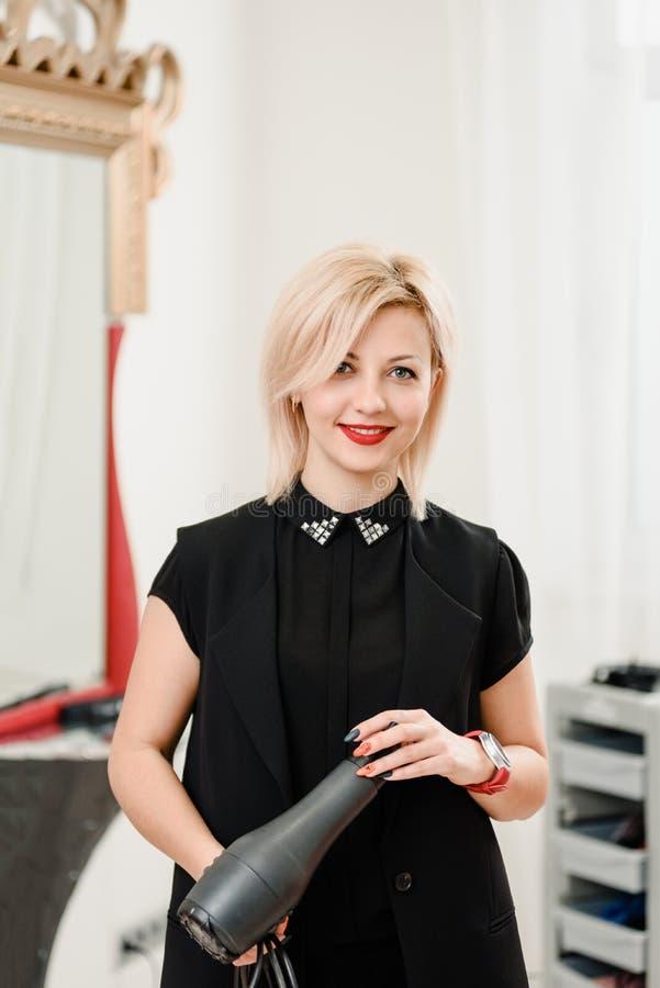 Beau styliste avec le hairdryer images libres de droits