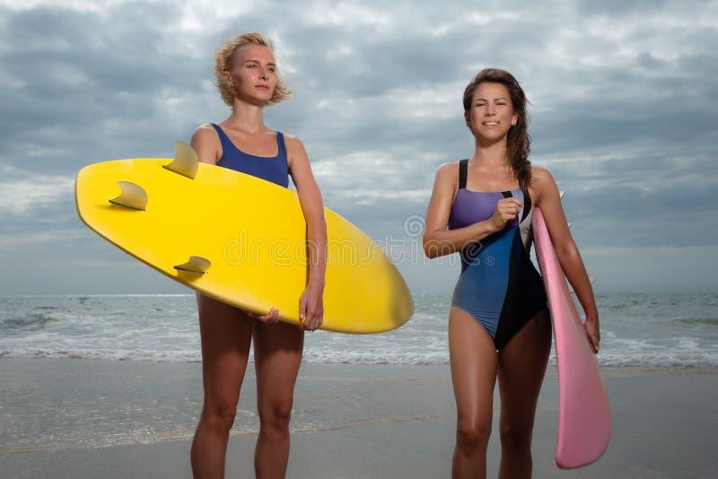 Beau surfer de jeunes femmes image libre de droits