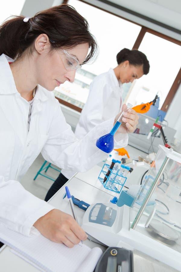 Beau technicien de laboratoire supportant le tube à essai images libres de droits