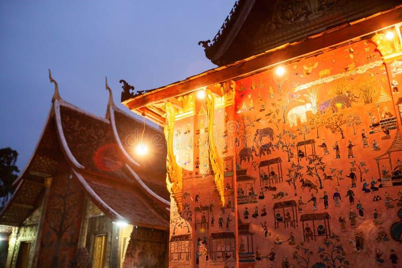 Beau temple antique au crépuscule Lumière chaude de vieille lanterne, image libre de droits