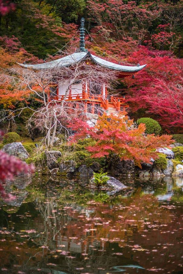 Beau temple de Daigoji dans des arbres d'érable, saison de momiji, Kyoto, Japon image libre de droits