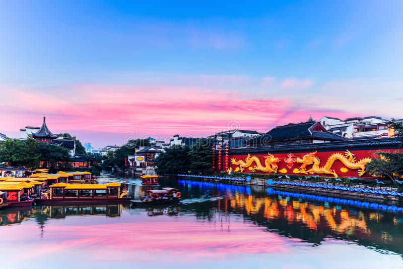 Beau temple de Nanjing Confucius dans le coucher du soleil images stock