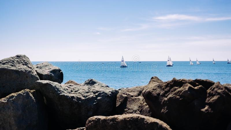 Beau tir de la mer avec des bateaux photos libres de droits