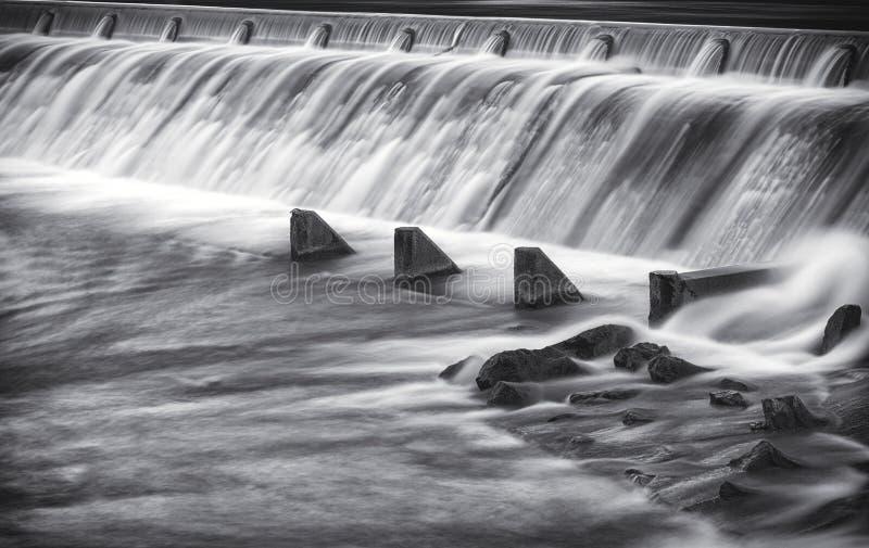 Beau tir de longue exposition du barrage de rivière d'obsédé dans Reutte photo libre de droits