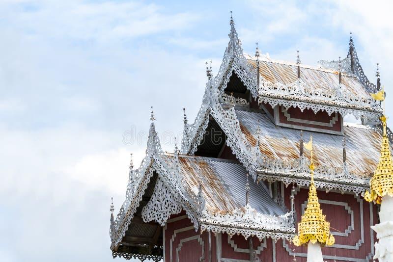 Beau toit en bois de temple phra de wat ce kong MU de doi le b photographie stock libre de droits