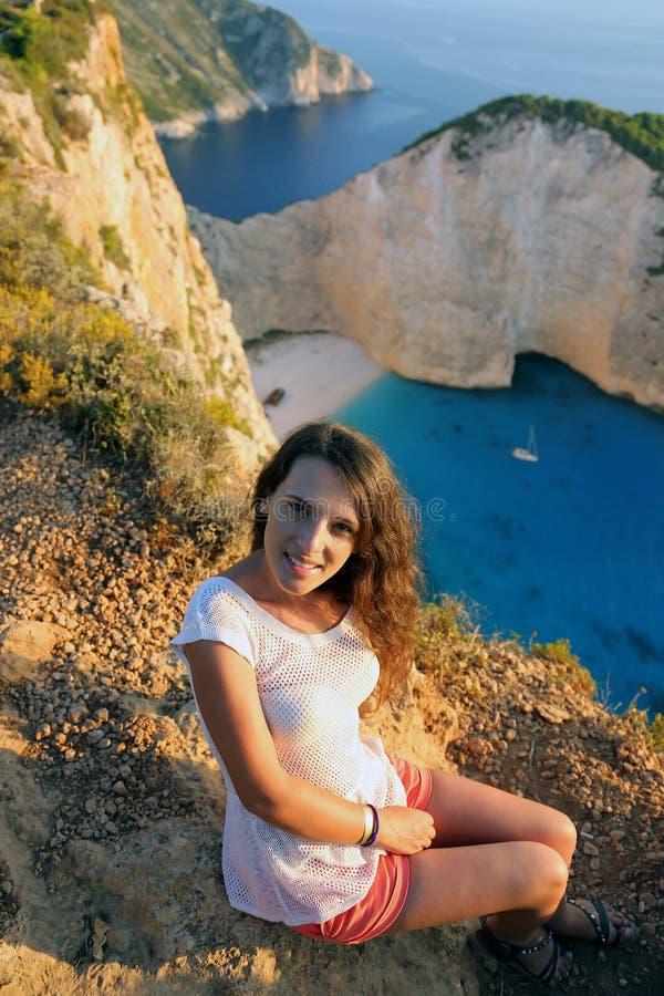 Beau touriste à la plage de Navagio, île de Zakynthos, Grèce image stock
