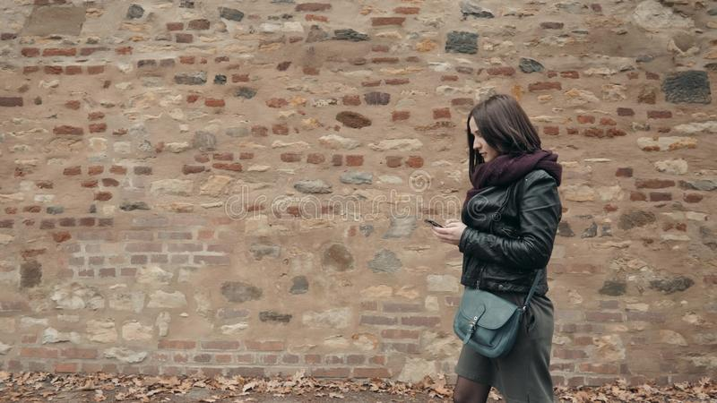 Beau touriste de jeune femme marchant et employant son Smartphone, concept de déplacement image libre de droits