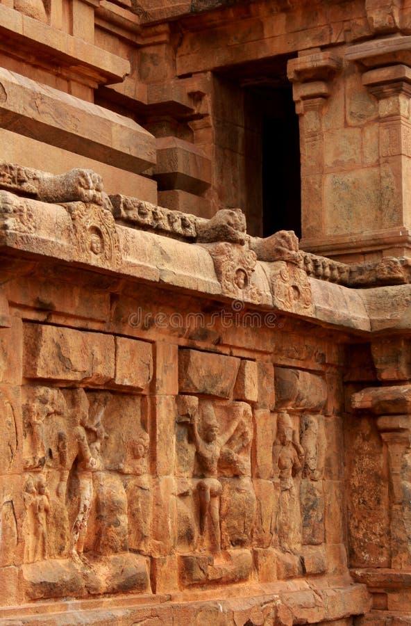 Beau travail dravidian d'architecture sur la tour ornementale dans le temple antique de Brihadisvara dans Thanjavur, Inde photos stock