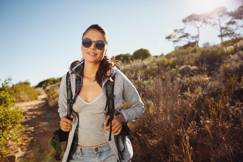 Beau trekking de femme de randonneur en nature images libres de droits
