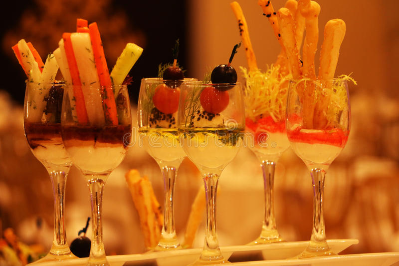 Beau verre rempli de boisson arabe image stock