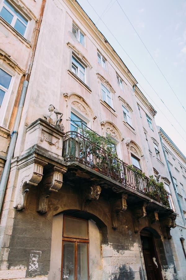 Beau vieux rétro balcon avec des fleurs dans la maison de vintage, Lviv, Ukraine photos stock
