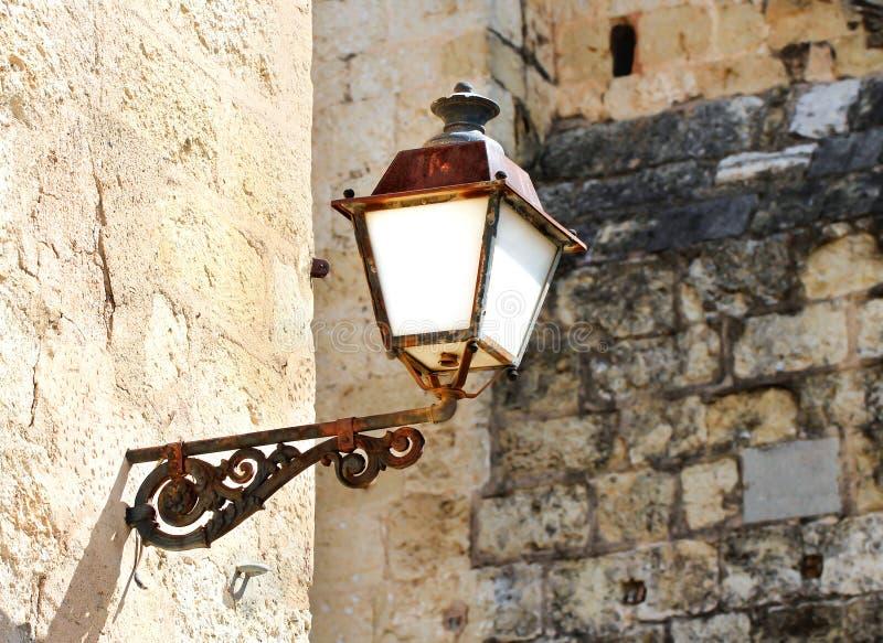 Beau vieux réverbère de la construction bénédictine de monastère dans R photographie stock libre de droits