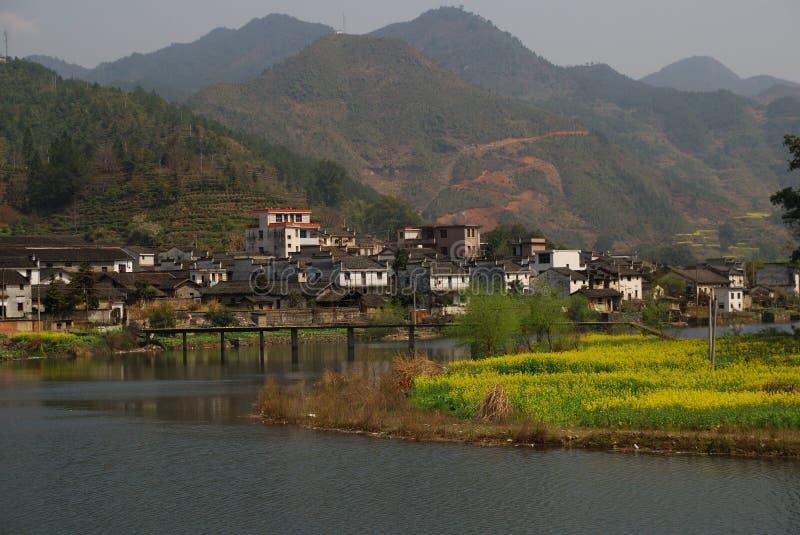 Beau village au printemps image stock