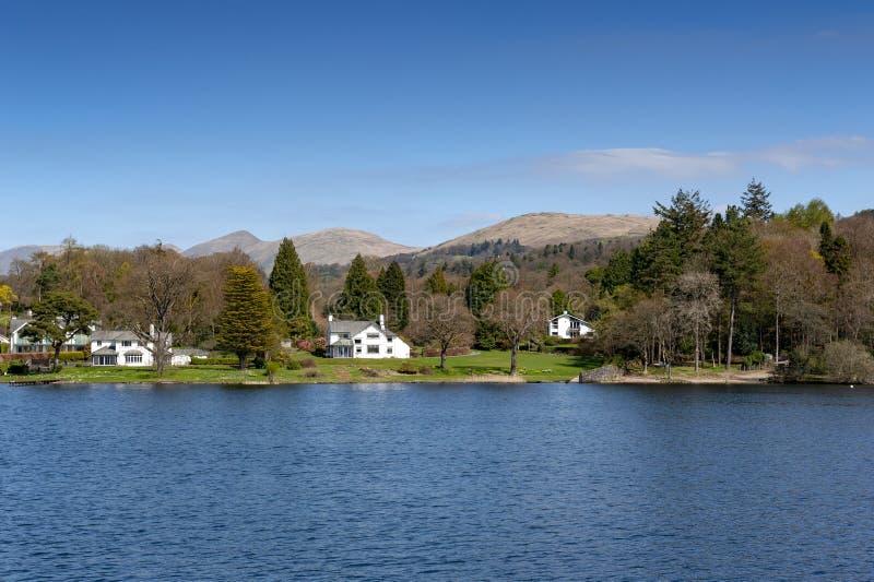 Beau village de bord de lac situé sur la banque du lac Windermere en parc national de secteur scénique de lac, Angleterre, R-U photographie stock libre de droits