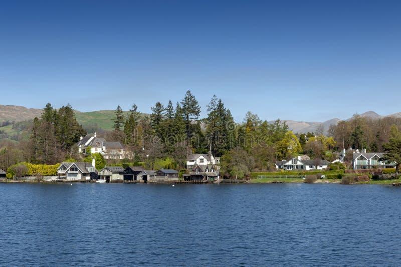 Beau village de bord de lac situé sur la banque du lac Windermere en parc national de secteur scénique de lac, Angleterre, R-U photos libres de droits