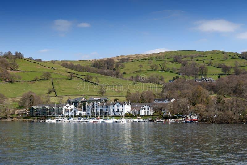 Beau village de bord de lac situé sur la banque du lac Windermere en parc national de secteur scénique de lac, Angleterre, R-U images stock