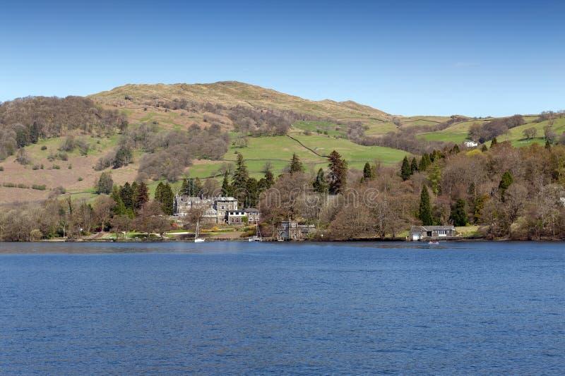 Beau village de bord de lac situé sur la banque du lac Windermere en parc national de secteur scénique de lac, Angleterre, R-U photos stock