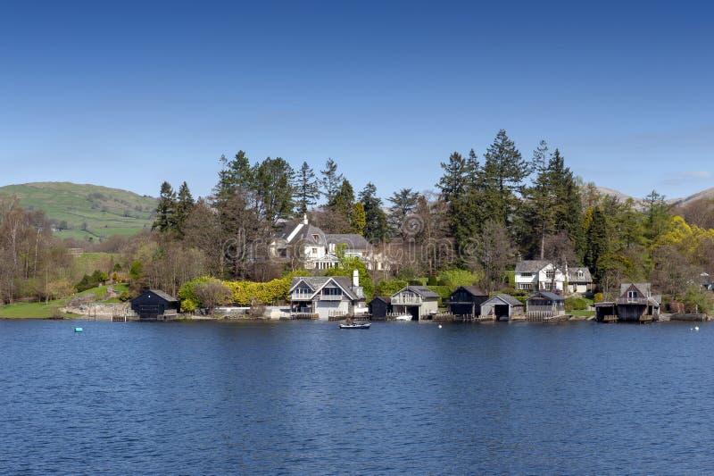 Beau village de bord de lac situé sur la banque du lac Windermere en parc national de secteur scénique de lac, Angleterre, R-U photographie stock