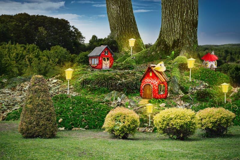 Beau village de conte de fées dans un endroit sauvage merveilleux photo libre de droits