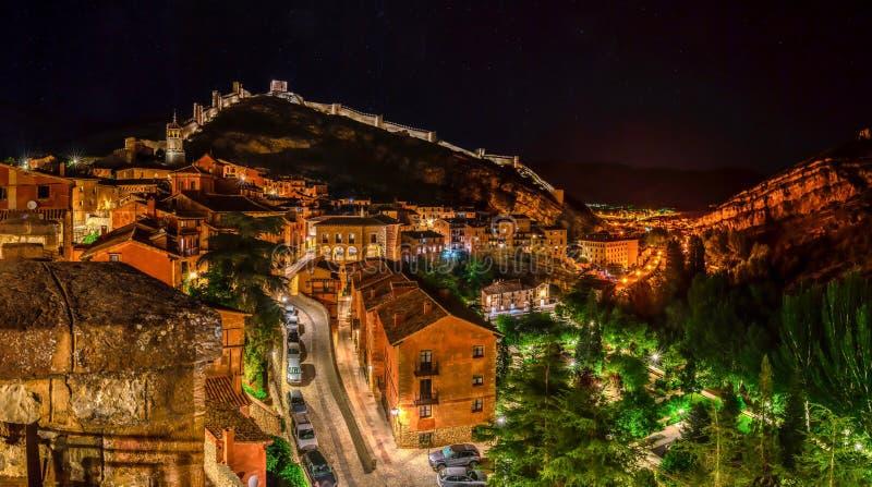 Beau village de contes de fées la nuit image stock