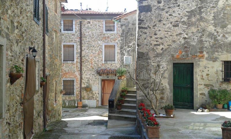Beau village de Gualdo en Toscane, Italie photos libres de droits