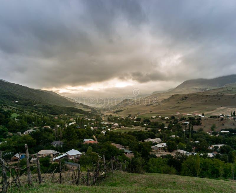 Beau village de montagne sur un fond Autumn Landscape Village sur le flanc de coteau Forêt la chute de lumière de montagne sur le images libres de droits