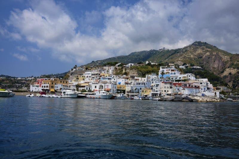 Beau village de pêche dans des ischions sant de ` d'Angelo d de ` photos libres de droits