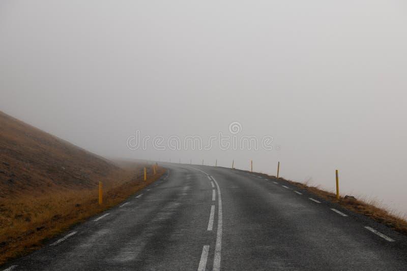 Beau virage routier au brouillard photographie stock libre de droits