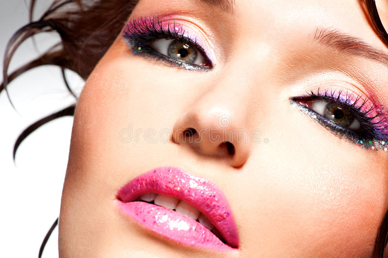 Beau visage d'une femme avec le maquillage de mode images libres de droits