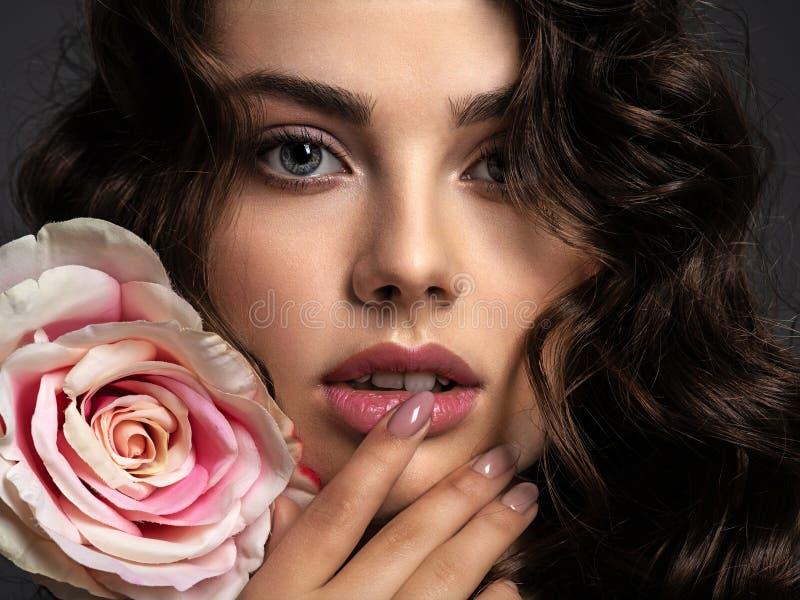 Beau visage d'une jeune femme avec un maquillage fumeux d'oeil image libre de droits